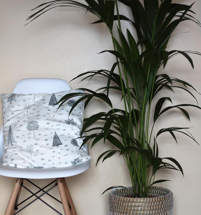 silla DSW de Charles & Ray EAMES en Superestudio.com y cojín FOREST de La Tortuguita Blanca