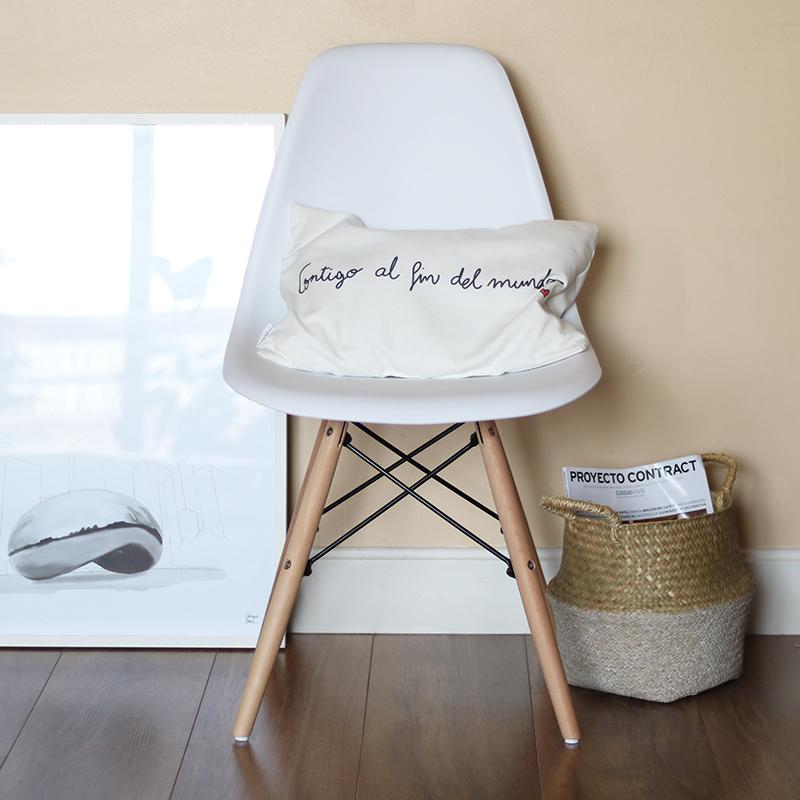 silla DSW EAMES en Superestudio.com y cojín Contigo al fin del mundo de La Tortuguita Blanca