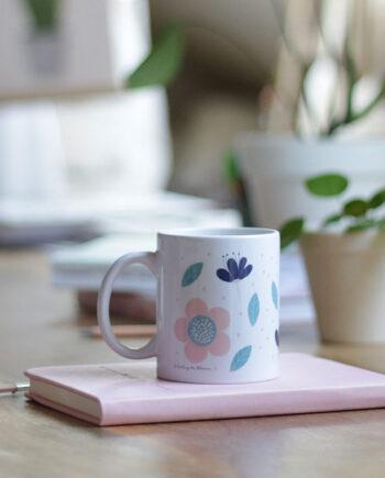Taza de cerámica con ilustración de flores. Una taza alegre ideal para una casa de estilo nórdico.