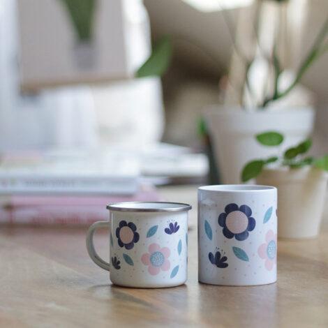 Tazas con ilustración de flores. Unas tazas alegres, ideales para una casa de estilo nórdico. En cerámica y metal.